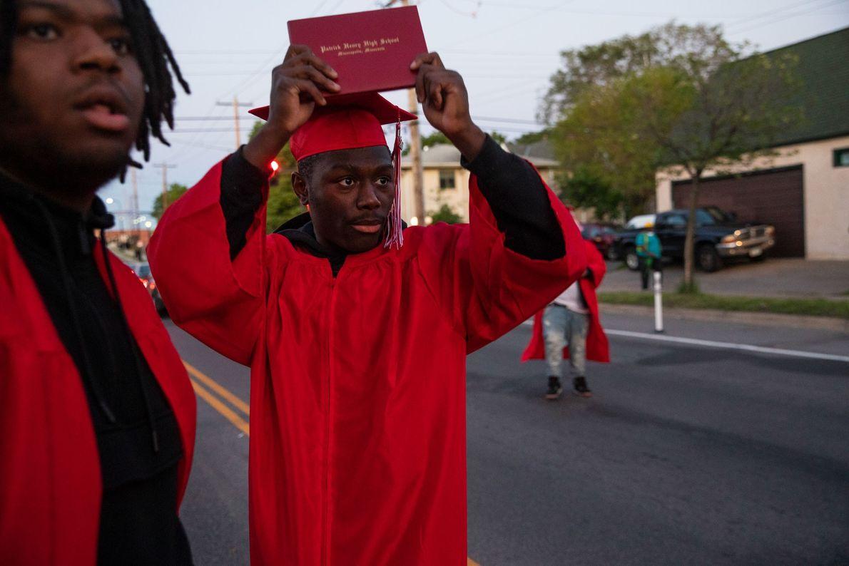 Datelle Straub brandit son diplôme alors que la police s'approche.Lui et ses amis Avery Lewis et ...
