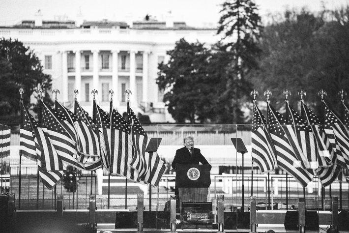 Le président Trump s'est adressé mercredi matin à ses sympathisants depuis la pelouse de la Maison blanche. ...