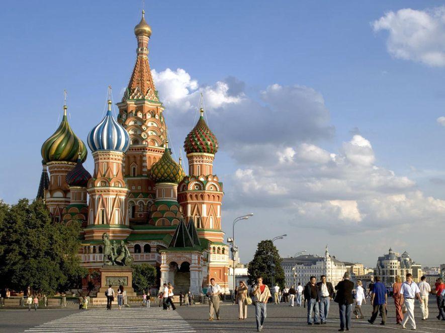 Depuis la Place Rouge, la cathédrale Saint-Basile domine Moscou. Elle est considérée comme le chef-d'œuvre de ...