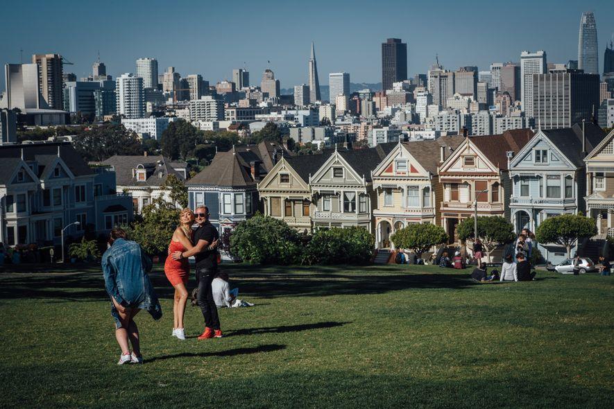 Situé sur l'une des nombreuses collines de San Francisco, le quartier d'Alamo Square offre l'une des ...