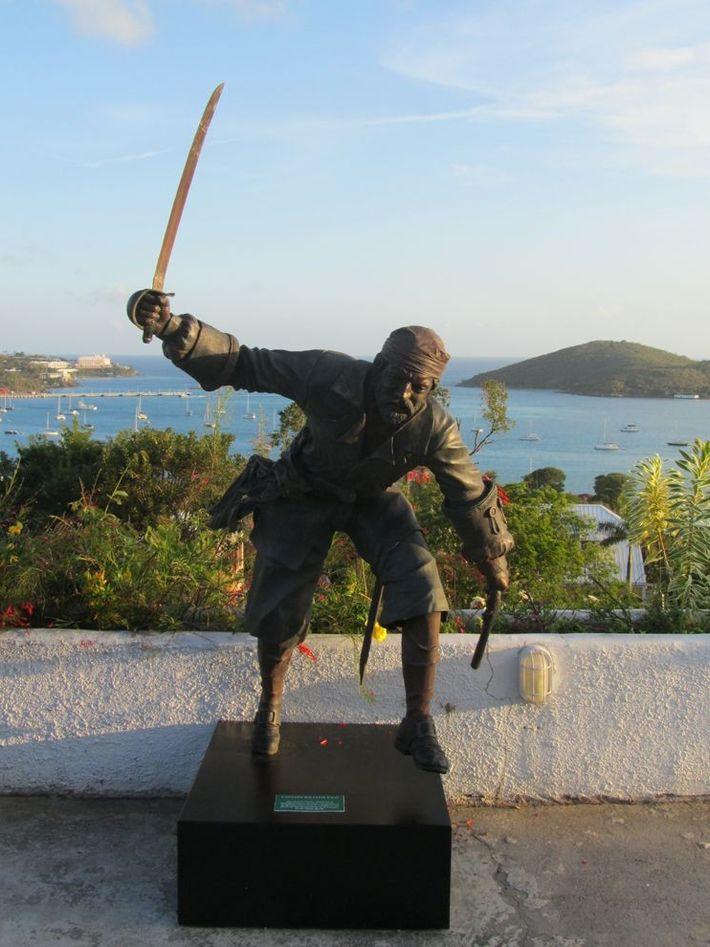 Le capitaine Kidd, célèbre marin exécuté pour piraterie en 1701, a brièvement amarré dans le port ...