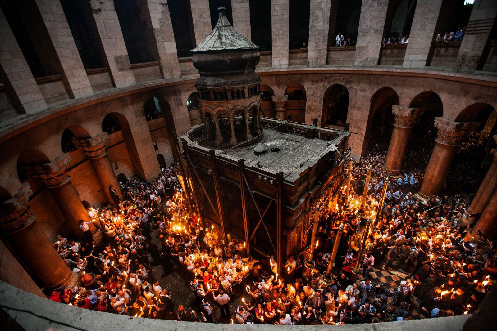 En temps normal, plus de 10000pèlerins se rassemblent au sein de l'église du Saint-Sépulcre pour recevoir ...