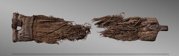 Pièce de harnachement en cuir et en textile datant des XVIe-XVIIIe siècles, découverte sur le glacier ...