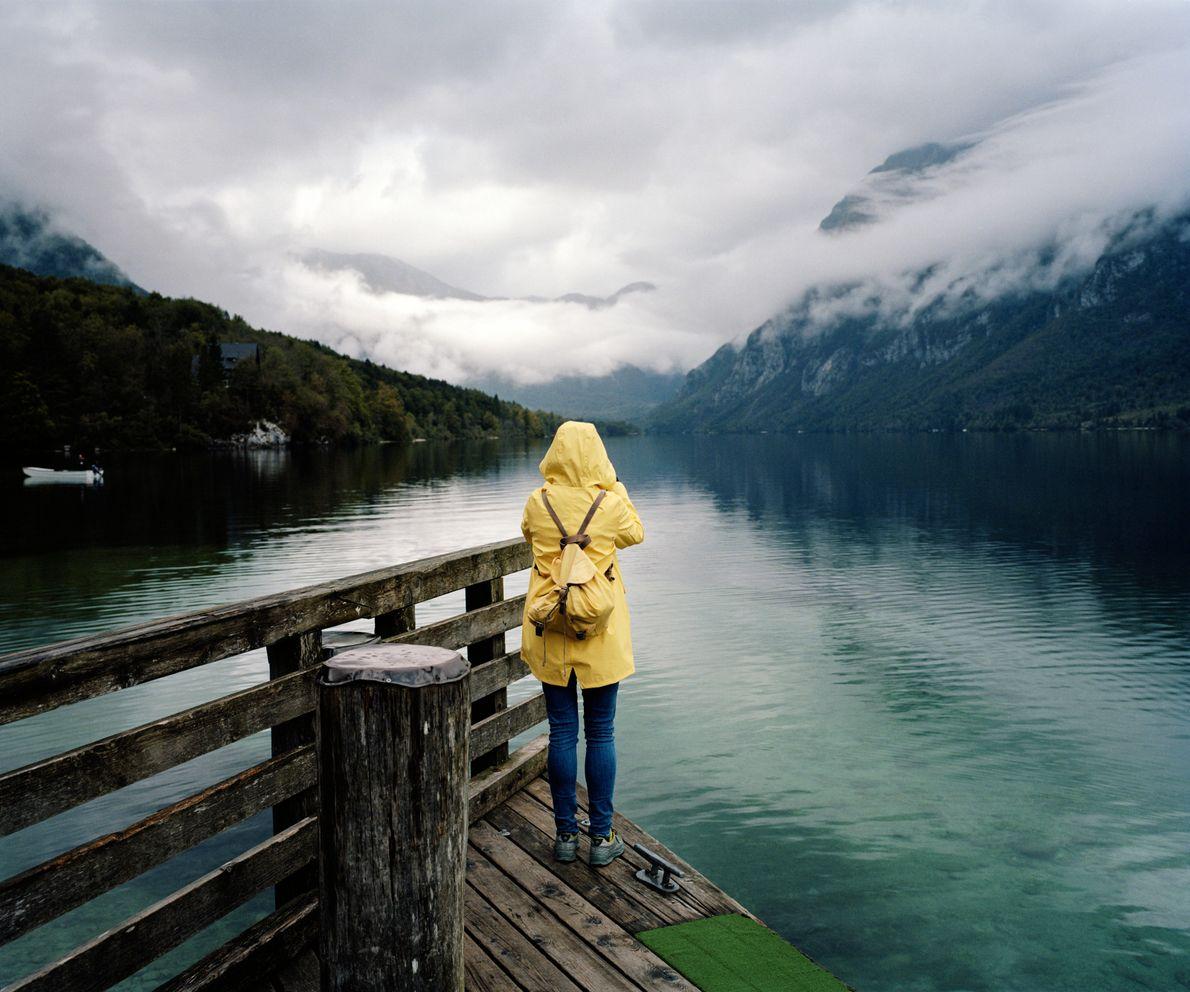 Une touriste venue d'Estonie immortalise le lac Bohinj enveloppé dans la brume matinale. Quelles que soient ...