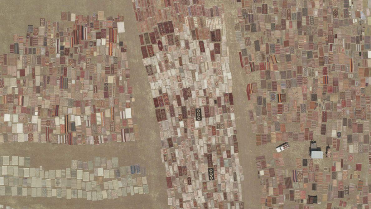Turquie : des centaines de tapis artisanaux sont étendus pour sécher au Soleil sur une surface de ...