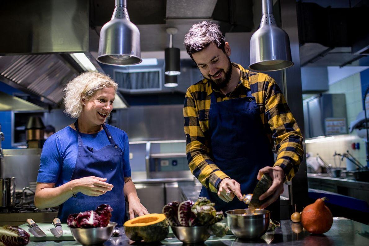 Dans la cuisine de son restaurant Hiša Franko, la cheffe Ana Roš prodigue quelques secrets culinaires ...