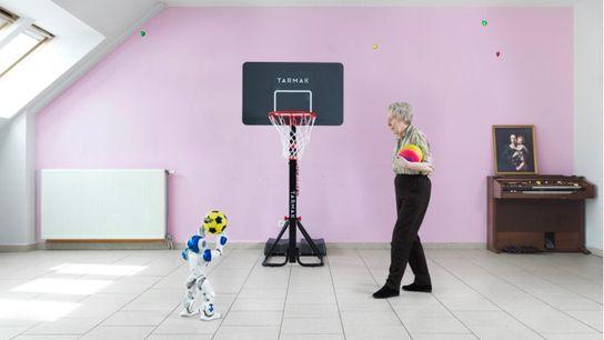 Dans le cadre du projet du photographe Yves Gellie, des personnes âgées ont été invités à ...