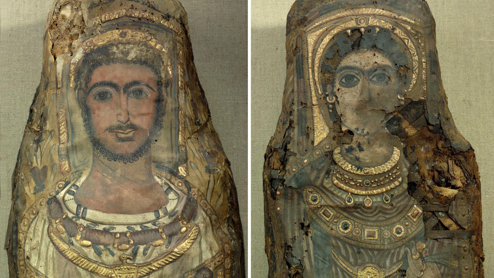 Vue détaillée des portraits et des bijoux représentés sur les linceuls des momies. À gauche momie d'un homme ...