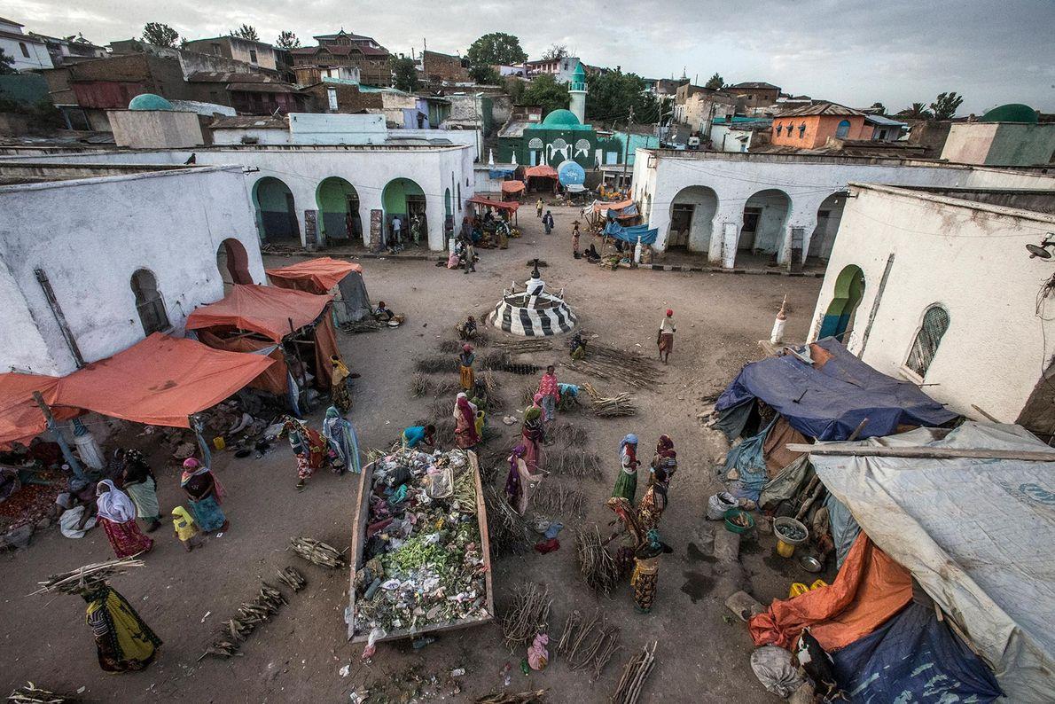 À Harar, en Éthiopie, les habitants achètent et vendent des marchandises au marché de viande de ...