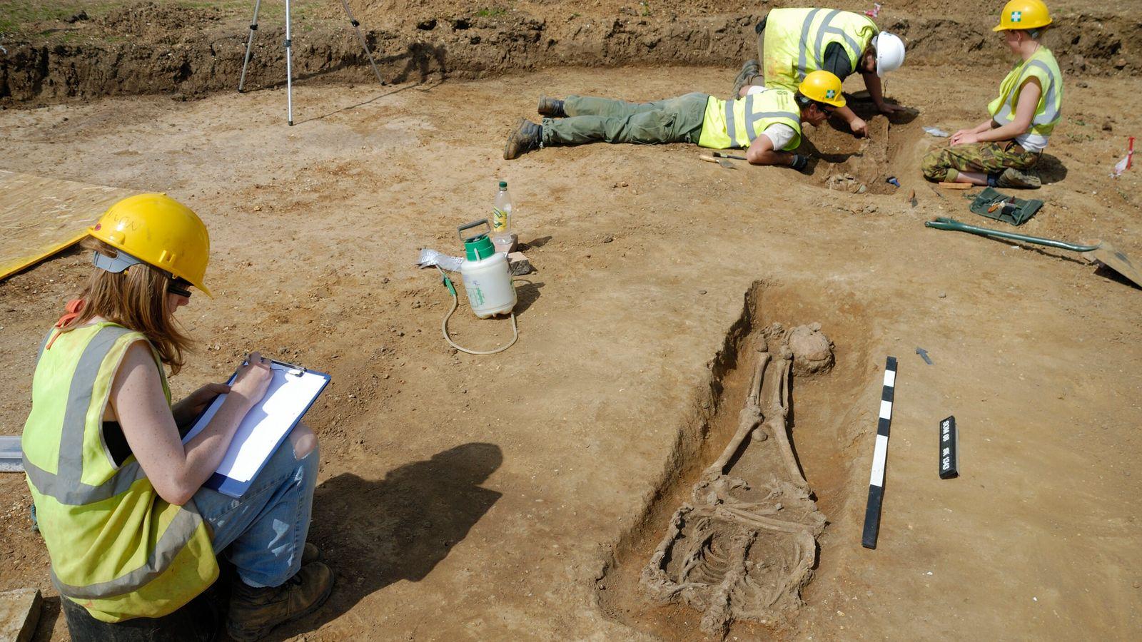 Knobb's farm, fouille du squelette le mieux conservé (Sk.1343), complétée à 75%. Le corps de l'homme adulte ...