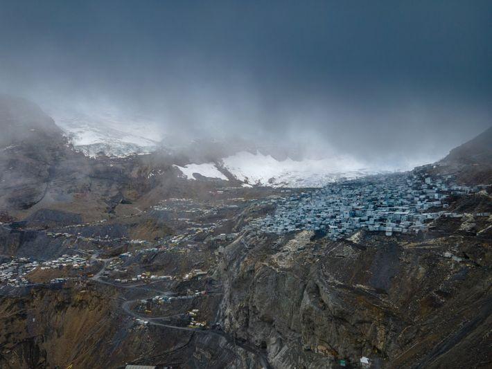 La Rinconada est une ville constituée de maisons, essentiellement en tôles, à flanc de montagne.