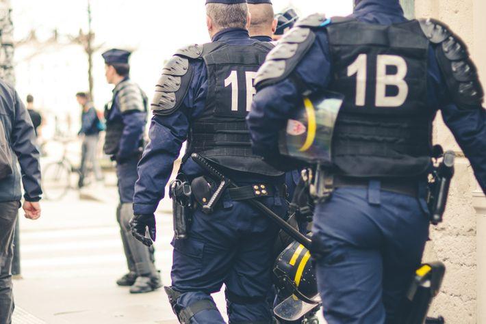 Selon la doctrine du « policing by consent » (la police par consentement), les policiers doivent être avant ...