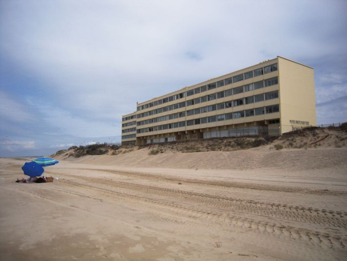 Résidence Signal àSoulac-sur-Mer en Gironde.Lors de sa construction, à la fin des années 1960,cet immeuble se ...
