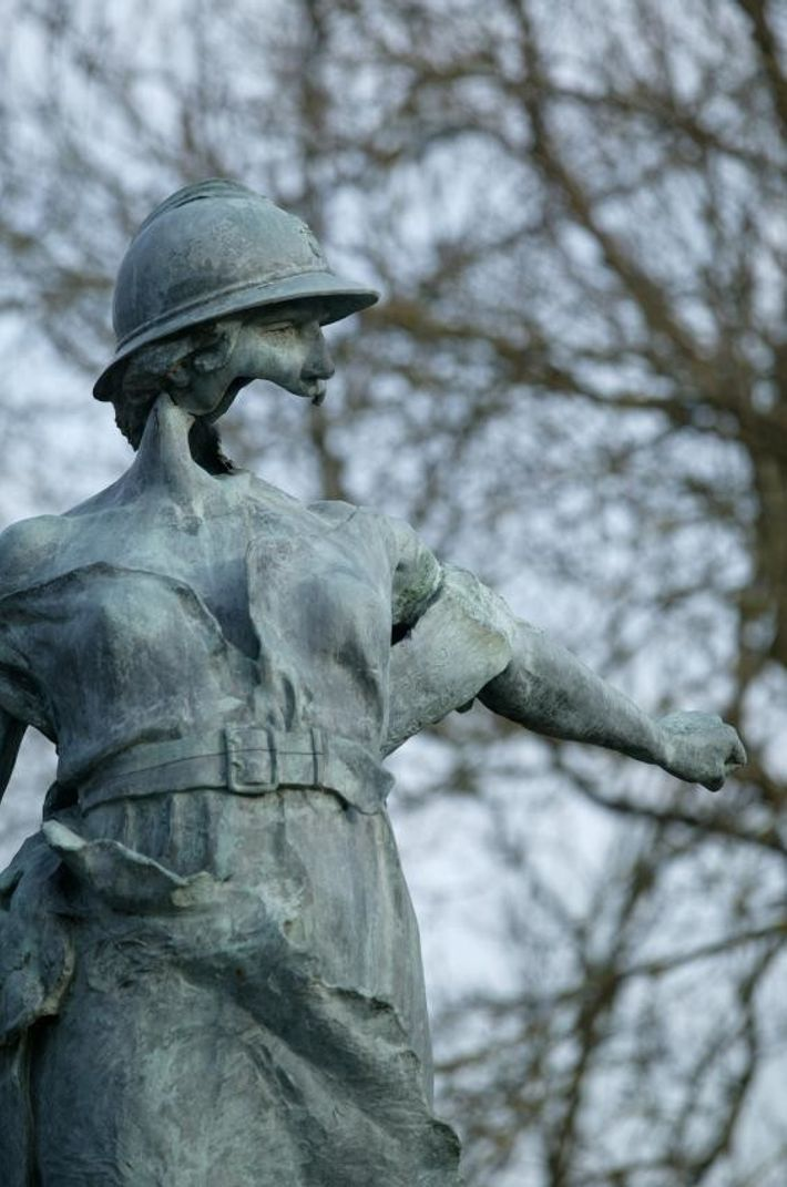 Trévières (14). Statue sculptée en 1921 pour rendre hommage aux soldats morts pour la France lors ...