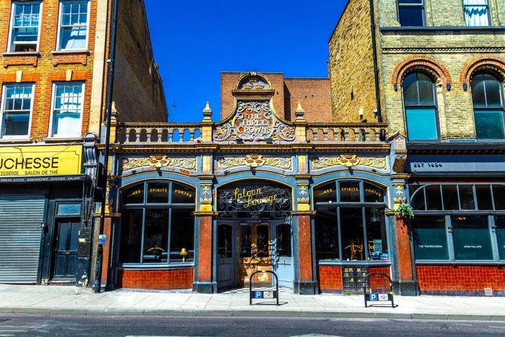 Le pub The Three Crowns borde la route A10, qui est nommée Stoke Newington High Street dans cette partie de Londres.