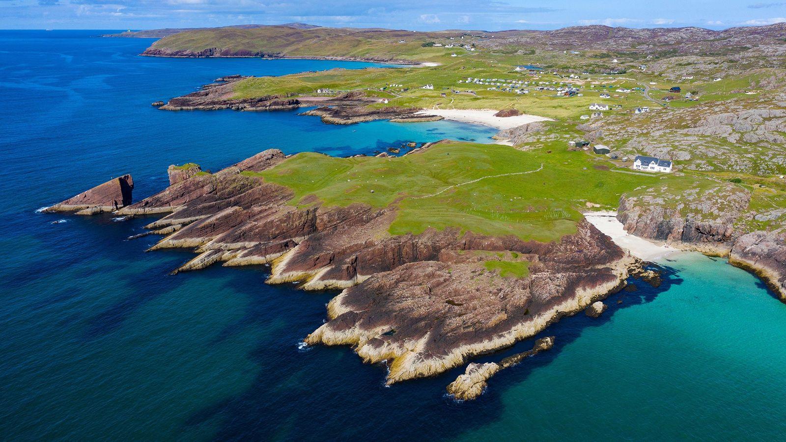 Cette photographie aérienne montre les falaises côtières de Clachtoll, dans le nord-ouest de l'Écosse. L'ancien bloc ...