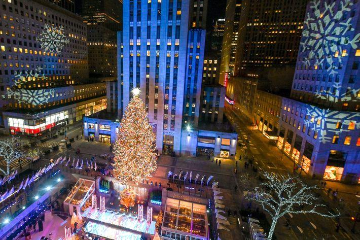 Le sapin de Noël illuminé du Rockefeller Center à New York. Plus de 50 000 lampes à LED brillent dans ...
