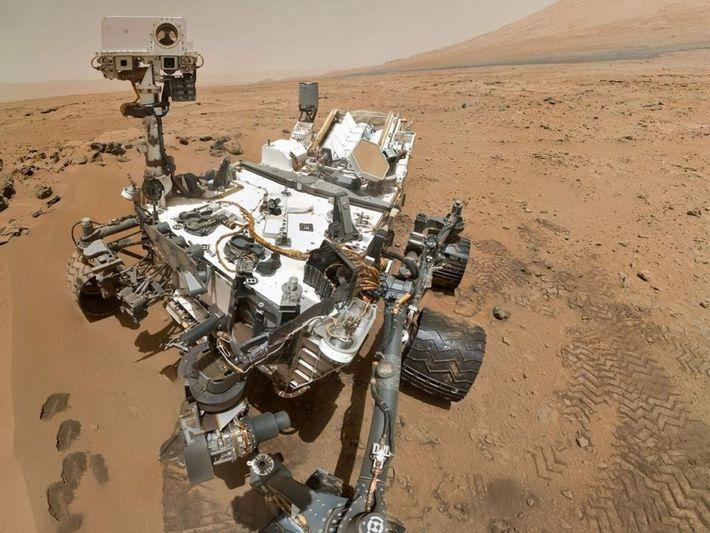 """Le rover Mars Curiosity de la NASA, vu ici dans un """"auto-portait,"""" pris sur la surface ..."""