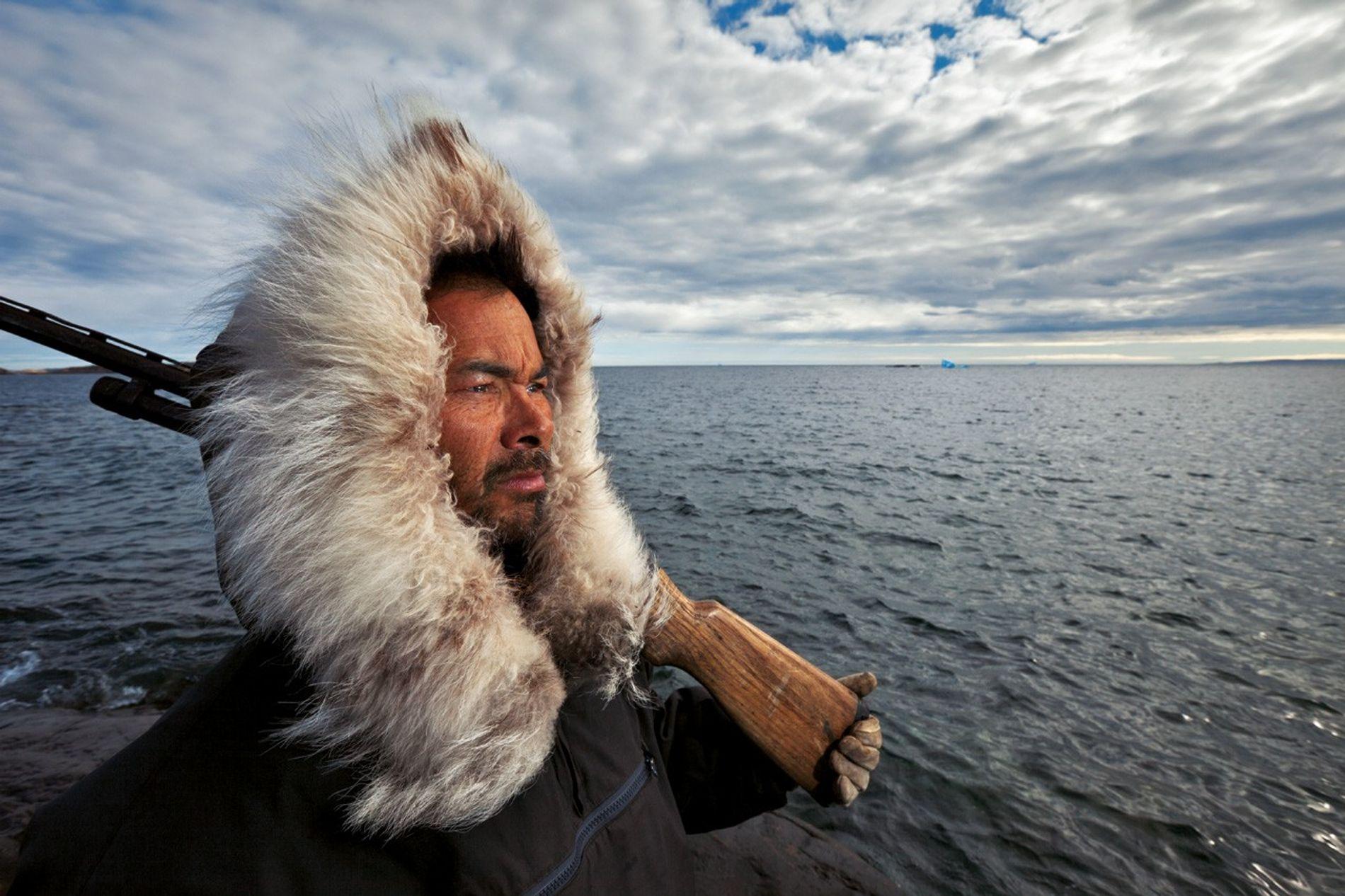 Donny Pitseolak surveille les ours polaires sur les côtes de l'île de Baffin, où des archéologues ont découvert du cordage confectionné à la manière viking, preuve d'un contact avec des Européens.