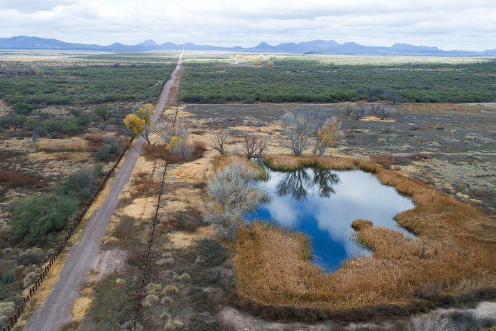 Vue aérienne du San Bernardino Wildlife Refuge en 2019. Le barrage de véhicules à gauche, le long ...