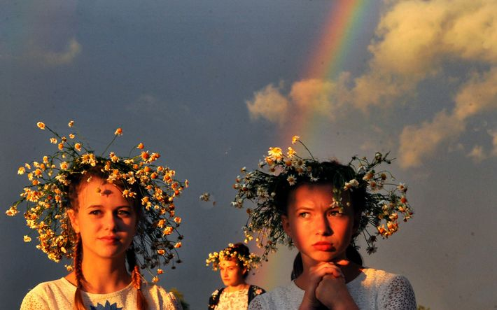 En 2016, dans la ville de Turov, des jeunes filles portent des couronnes de fleurs lors ...