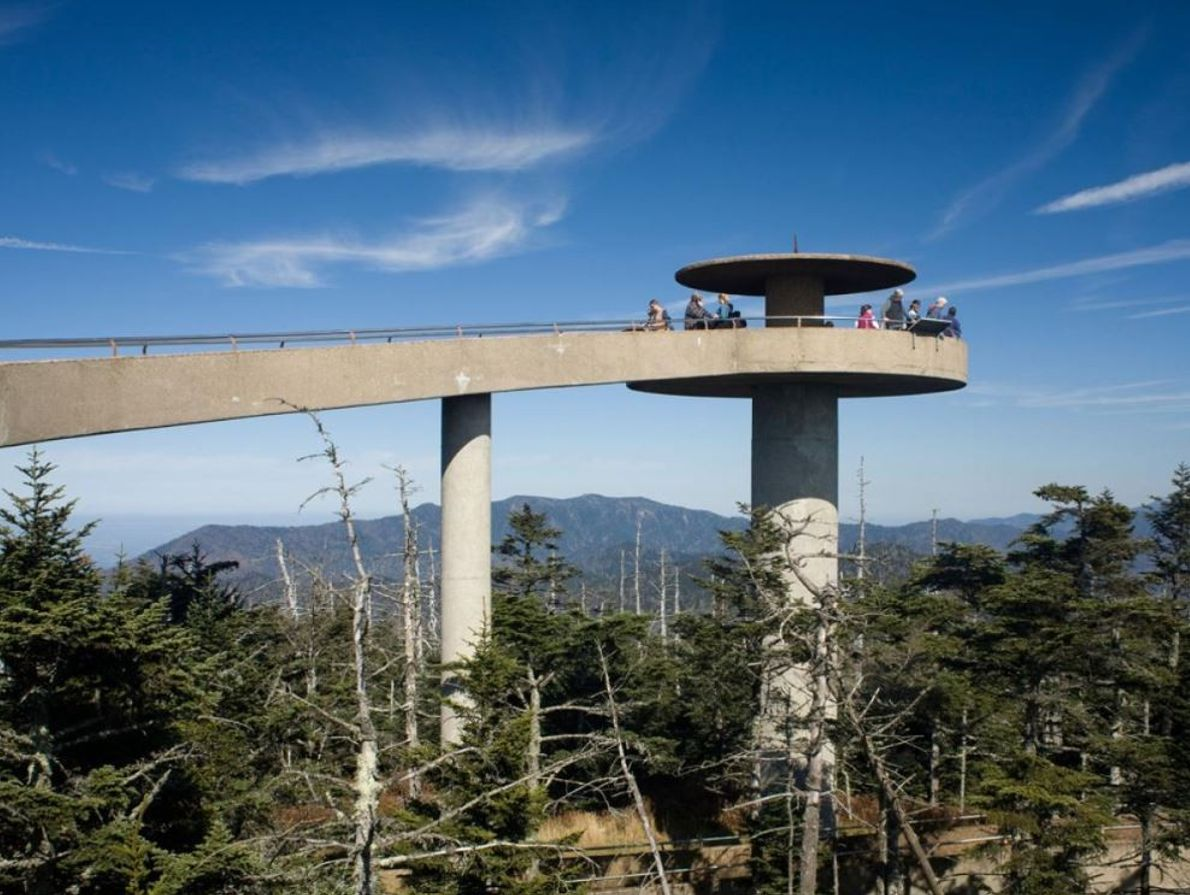 Un sentier raide d'un kilomètre mène à une plate-forme d'observation au sommet du Clingmans Dome, le ...