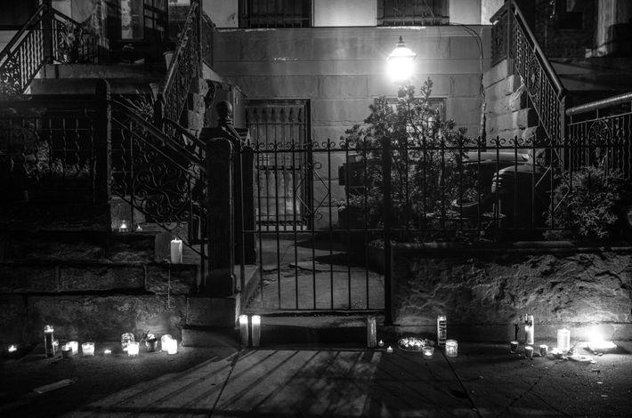 Au croisement des rues MacDonough et Stuyvesant, on a allumé des cierges en hommage à Lloyd ...
