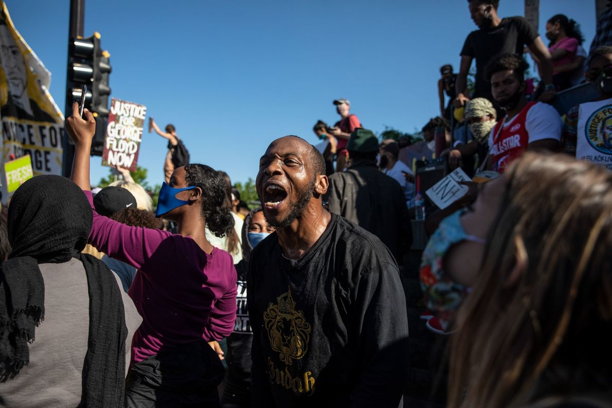 Des manifestants se rassemblent autour d'un poste de police de Minneapolis.