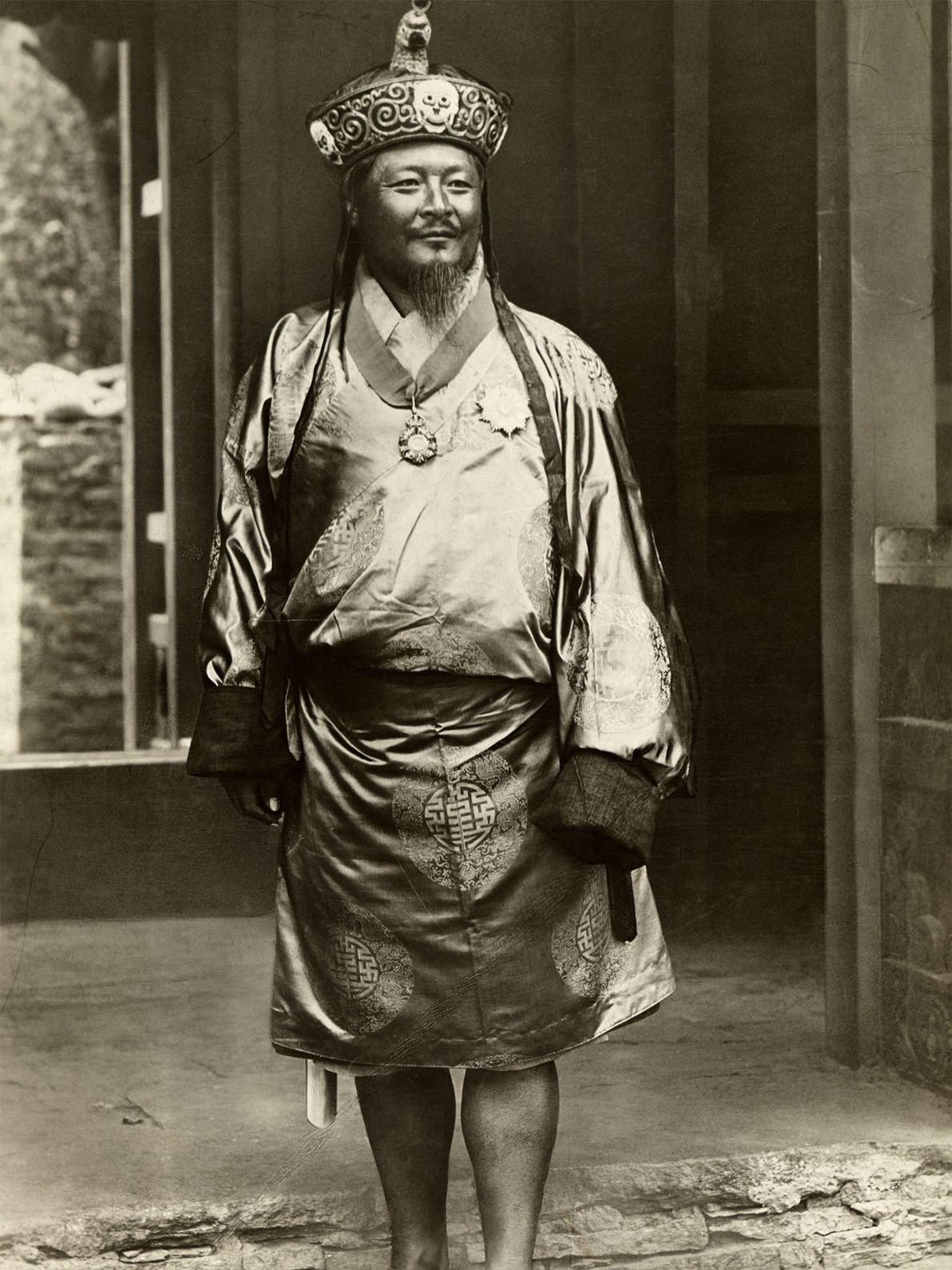 Ugyen Wangchuk, le premier roi du Bhoutan, prend ici la pose au début des années 1900 ...