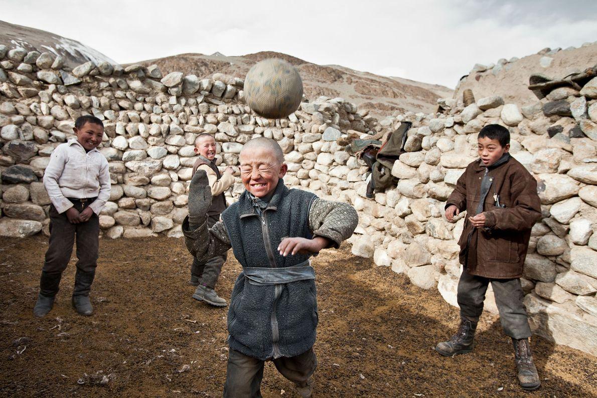 Des garçons Kirghizes jouent avec ce qui était le seul ballon de football du Pamir, à ...