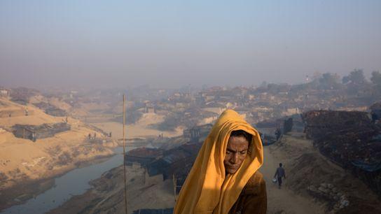 Une réfugiée se tient près de son abri, situé dans une partie du camp de Kutupalong ...