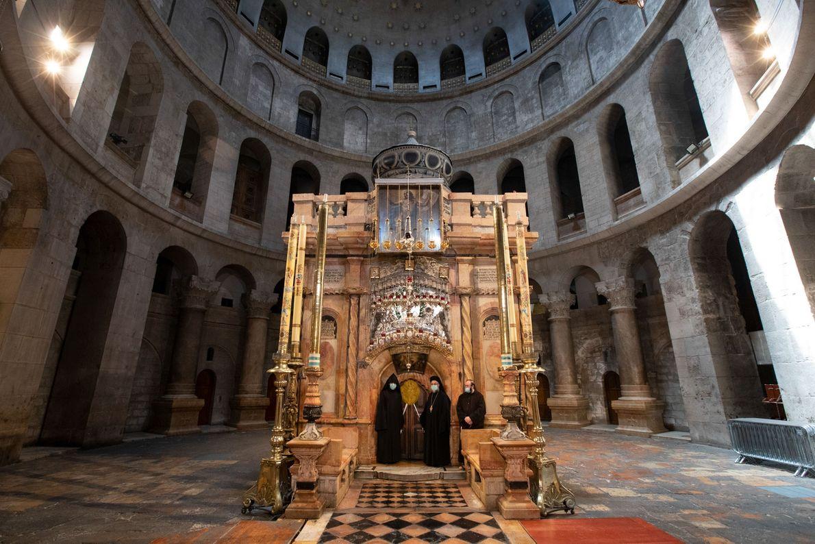De gauche à droite, les représentants des communautés apostoliques arméniennes de Jérusalem, Grecques orthodoxes et franciscaines ...