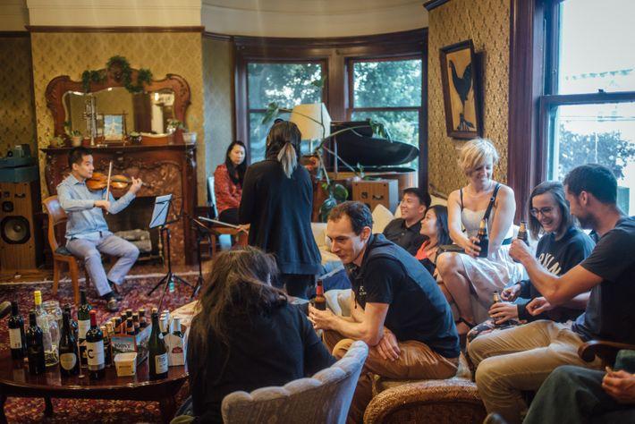 Un dimanche soir, une trentaine de personnes assistent à un concert de musique classique organisé par ...