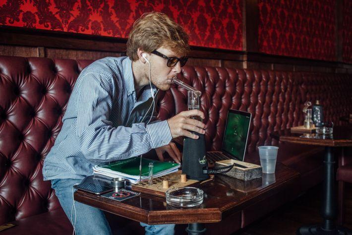 Cinq fois par semaine, Edward va fumer du cannabis dans un dispensaire de la ville. La consommation ...