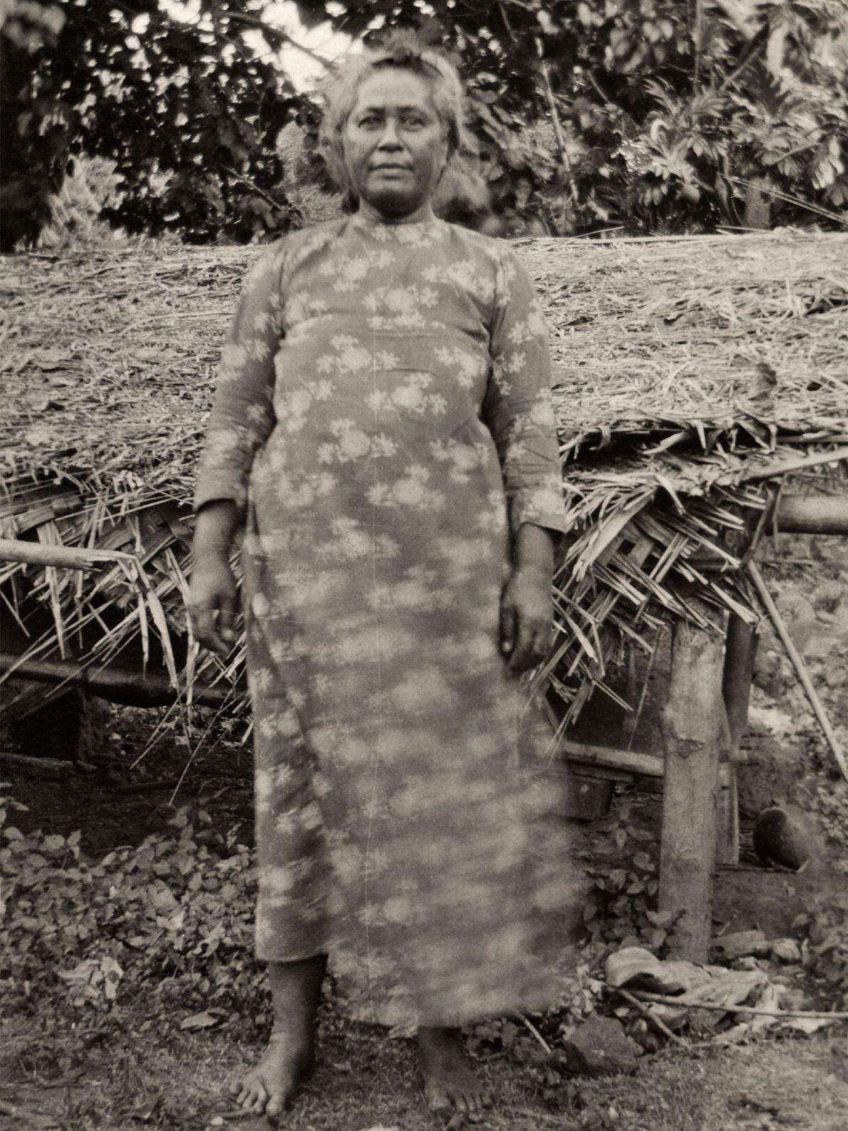 Ce cliché de la reine de l'île de Nuku Hiva, la plus grande des îles Marquises, ...