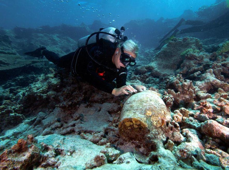 Kelly Gleason, archéologue marine à l'Agence américaine d'observation océanique et atmosphérique (NOAA), examine une jarre sur le site de l'épave du Two Brothers.