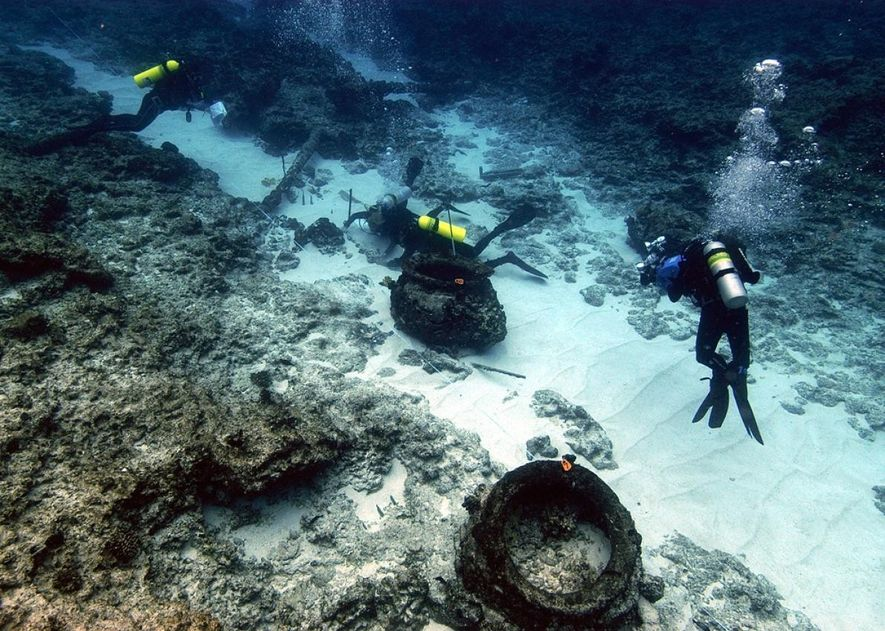 Le site du naufrage d'un autre baleinier, The Pearl, est vu dans les atolls hawaïens en 2005. Au premier plan on distingue des pots en fer utilisés pour faire bouillir la graisse de baleine, semblables à ceux mis au jour sur le site du Two Brothers.