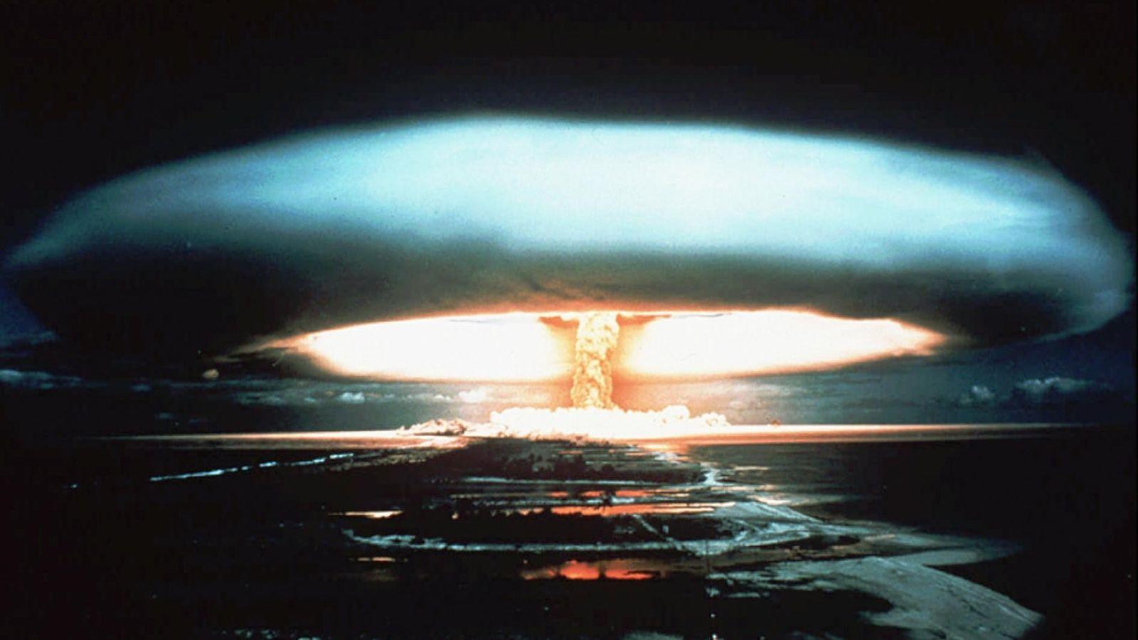 Une bombe nucléaire explose lors d'un test mené en Polynésie française au début des années 1970.