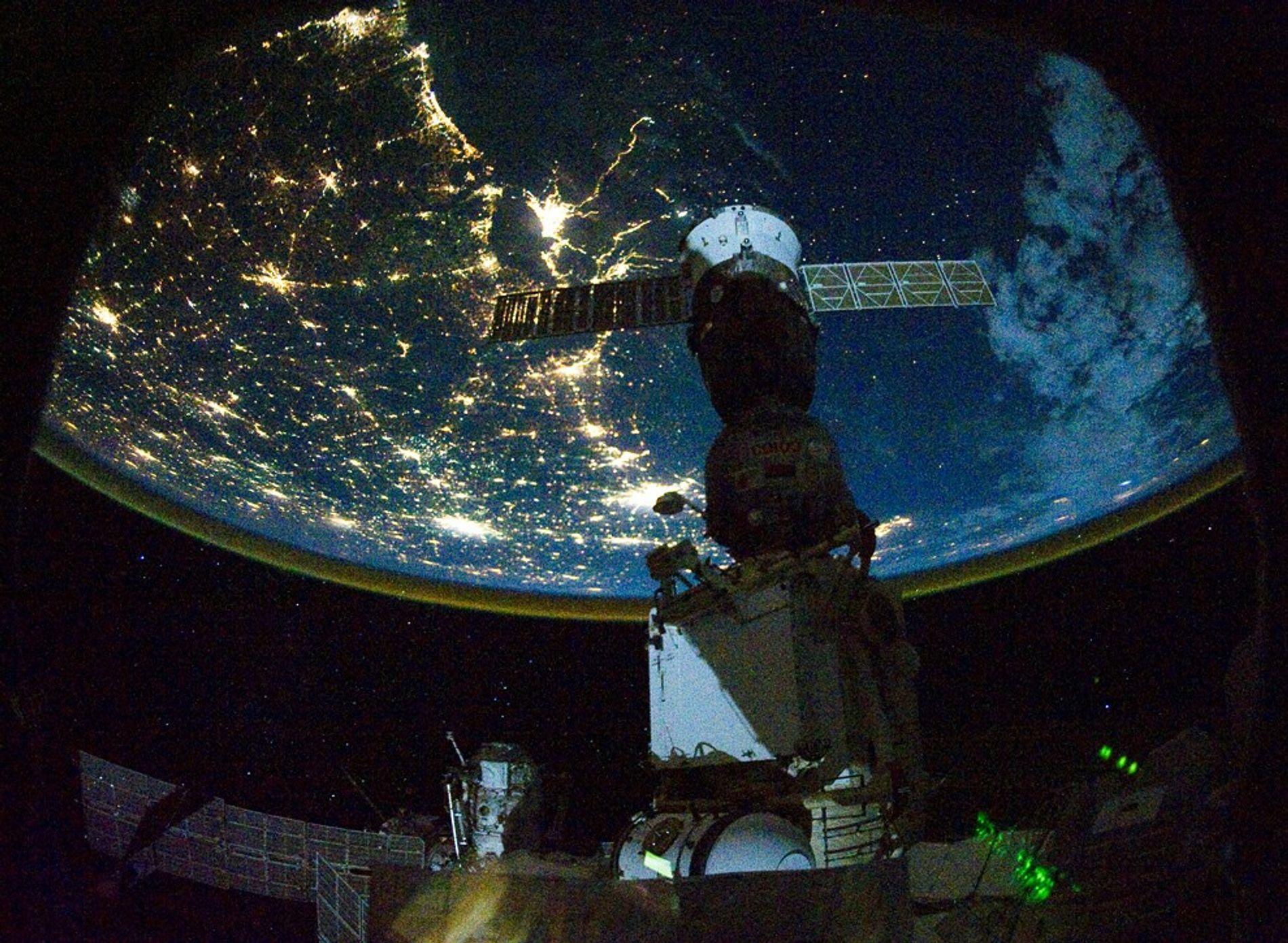 Les lumières nocturnes de la côte du Golfe aux Etats-Unis brillent de toutes leurs forces sous ...