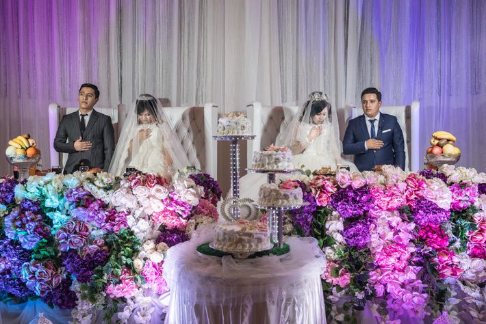 À Tachkent, en Ouzbékistan, deux frères et leurs fiancées attendent d'être mariés lors d'une cérémonie somptueuse. ...