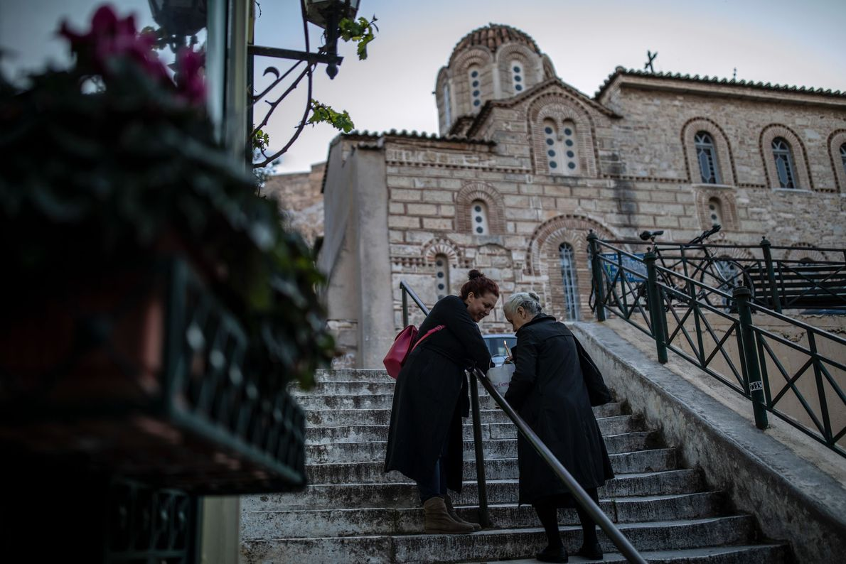 Des femmes rapportent le Feu sacré, arrivé quelques heures plus tôt de Jérusalem, chez elles à ...