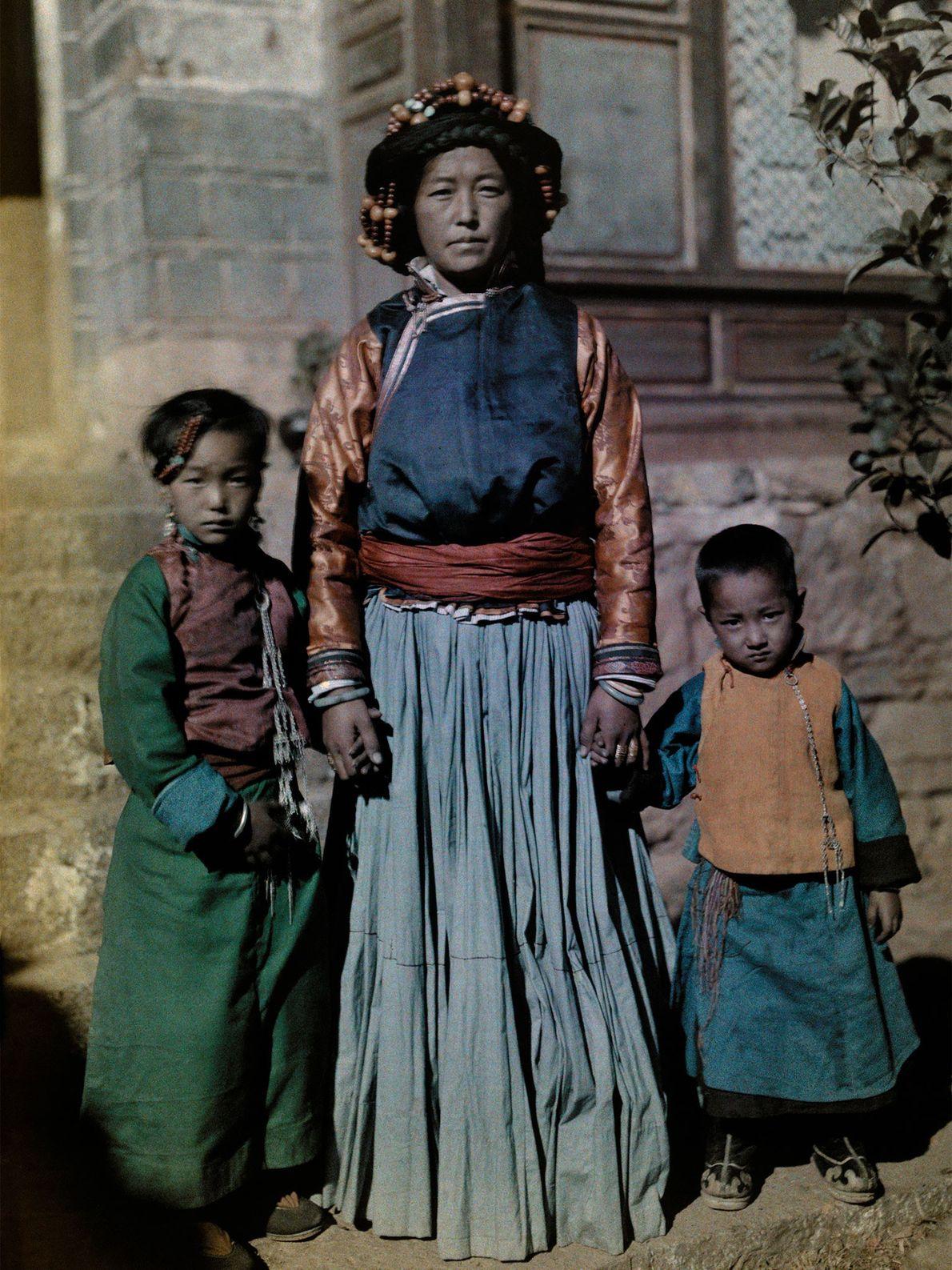 La Reine de Nyorophu pose aux côtés de deux de ses enfants sur l'île de Nyorophu, ...