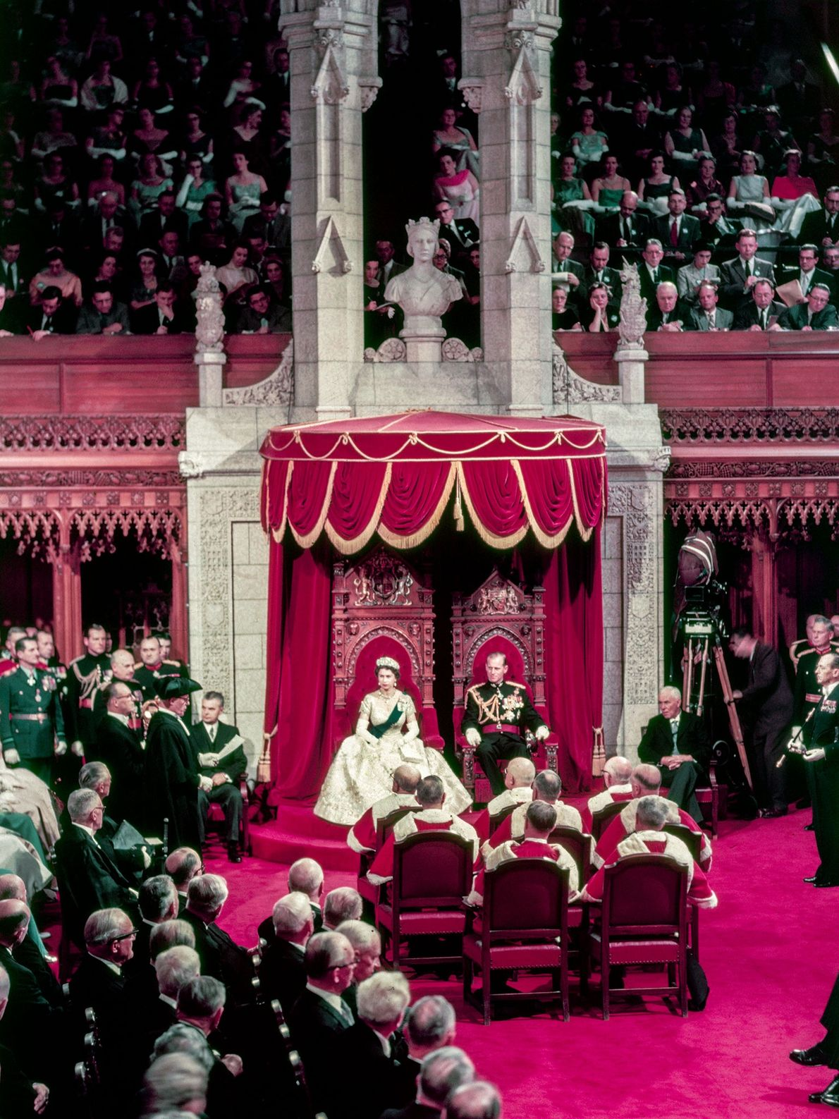 La Reine Elizabeth II, accompagnée du Prince Philip, lors de l'ouverture du Parlement canadien à Ontario. ...