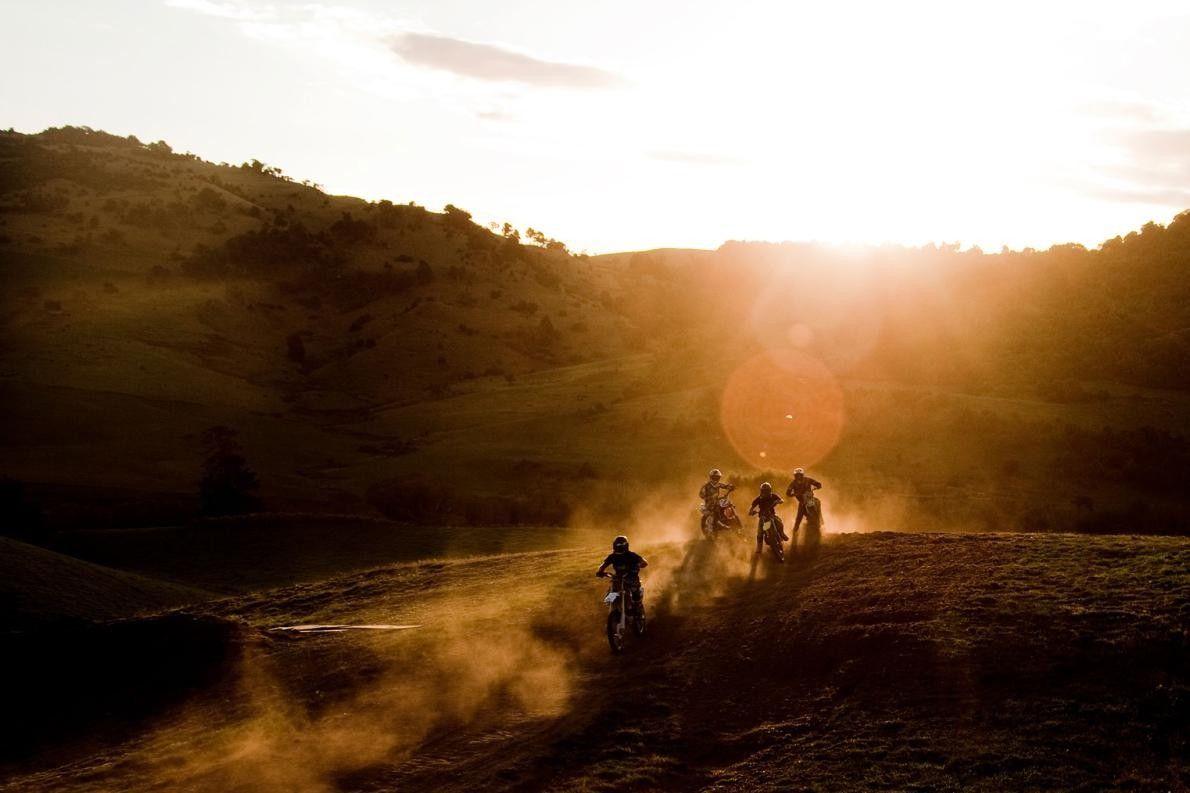 """""""C'était une compétition de motocross dans une ferme au milieu de nulle part sur l'île du ..."""