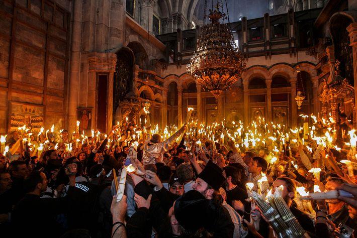Cérémonie du Feu sacré de 2005, des fidèles se transmettent la flamme avec joie au sein ...