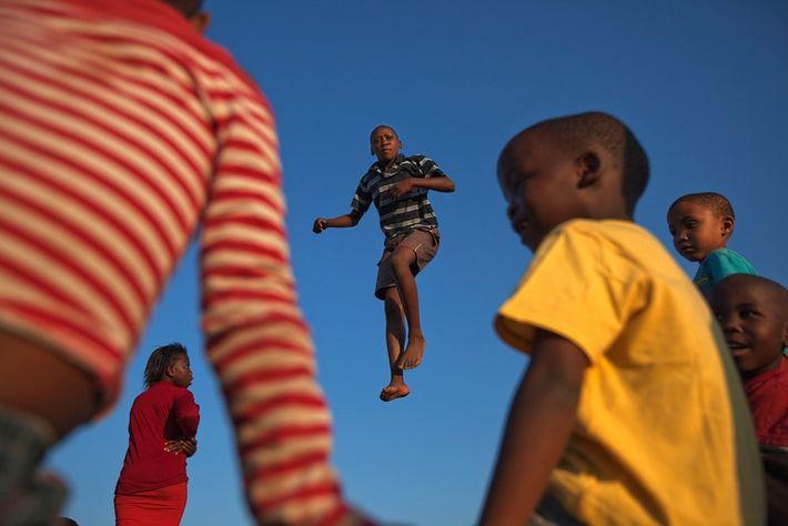 Jeune garçon sur un trampoline