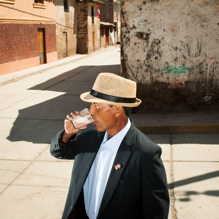 À Lamay, au Pérou, dans la vallée sacrée des Incas, Lucio Chávez Díaz déguste devant une ...
