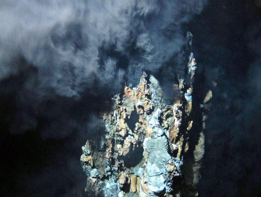 Des fluides volcaniques brûlants sortent d'un évent hydrothermal découvert en Altantique-Nord durant l'été 2011.