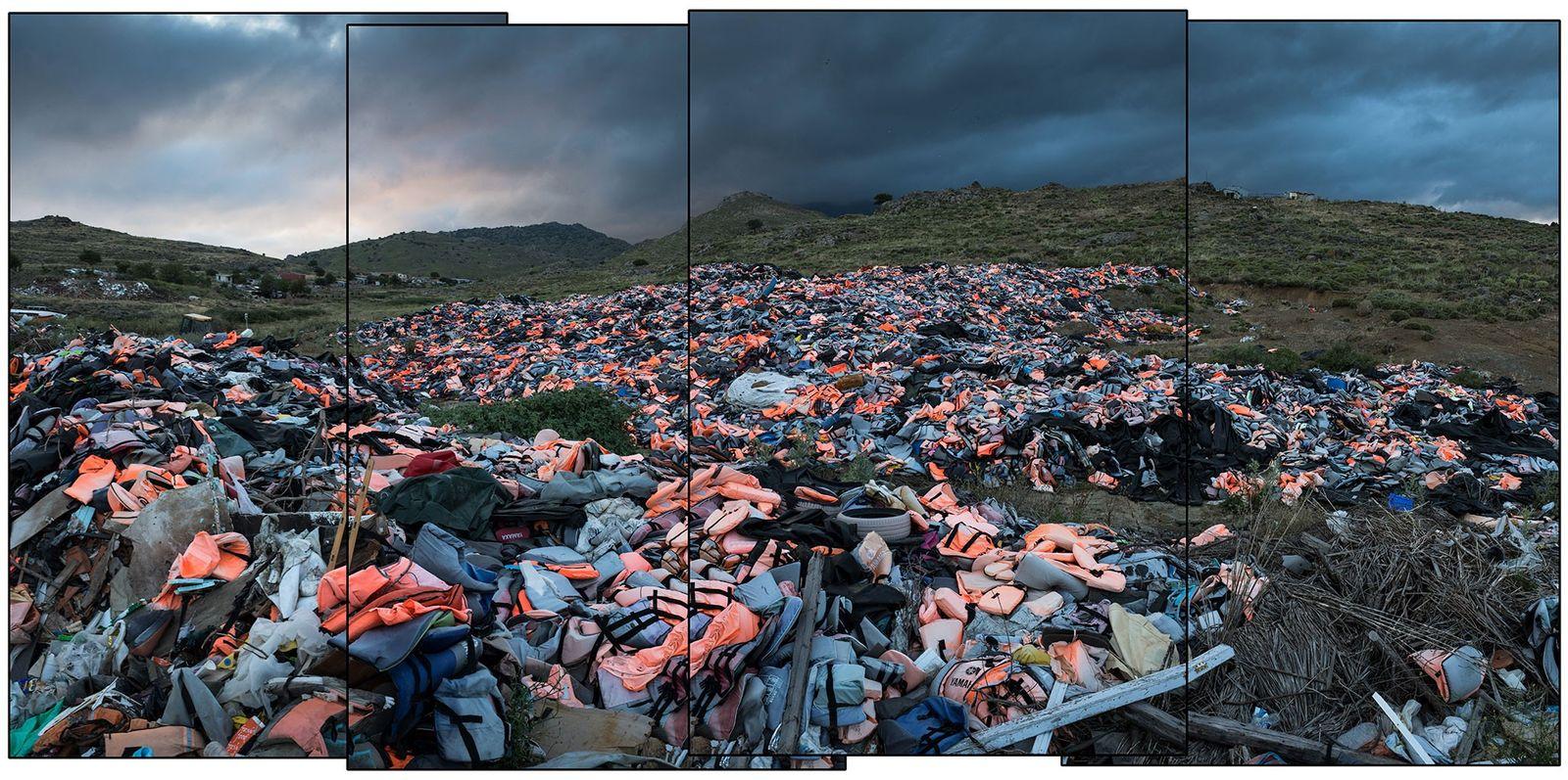 Des milliers de gilets de sauvetage de migrants s'entassent dans une décharge de l'île de Lesbos, ...