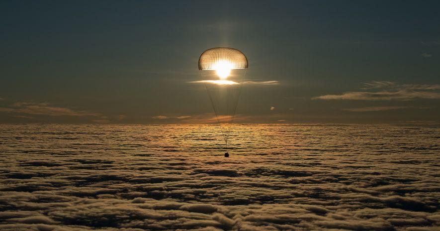 Le 28 février 2018, la capsule de la fusée Soyouz MS-06 poursuit sa descente près de ...
